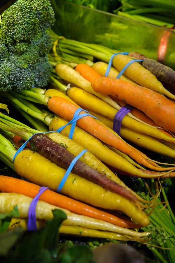 Variétés de carotte dans le groupe au marché du ` s d'agriculteur photos stock