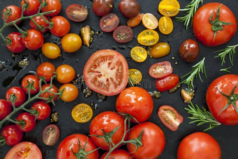 Variétés de tomate sur la vue aérienne noire image stock