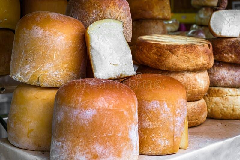 Variétés roumaines traditionnelles de fromage images libres de droits