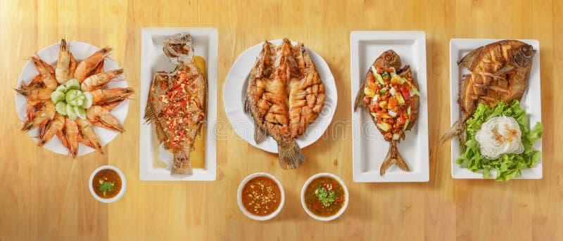 Variër zeevoedsel van de soort Thailand, diepgefrituurde zeebaars en botervis met saus, zoete en zure diepgefrituurde botervis, d stock foto's