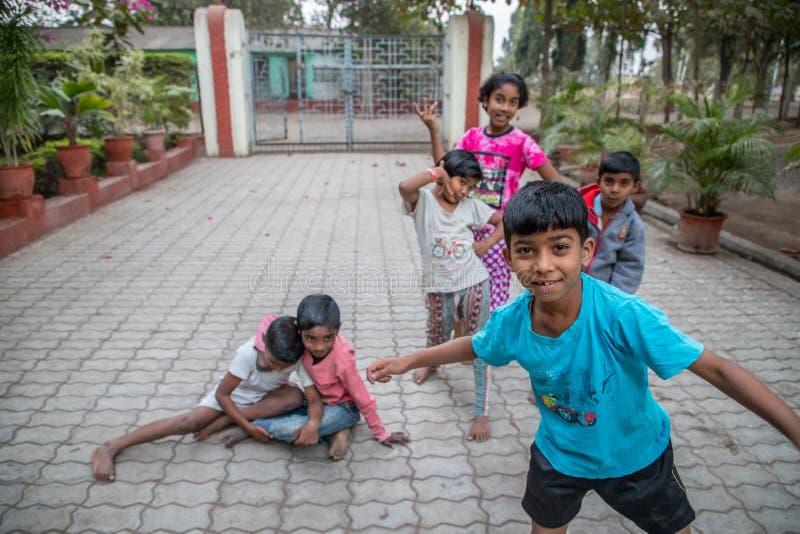 Vari村庄,马哈拉施特拉,印度- 2018年1月9日:可爱的种类和他们的村庄 日常生活在戈达瓦里ri附近的印度村庄 免版税库存图片