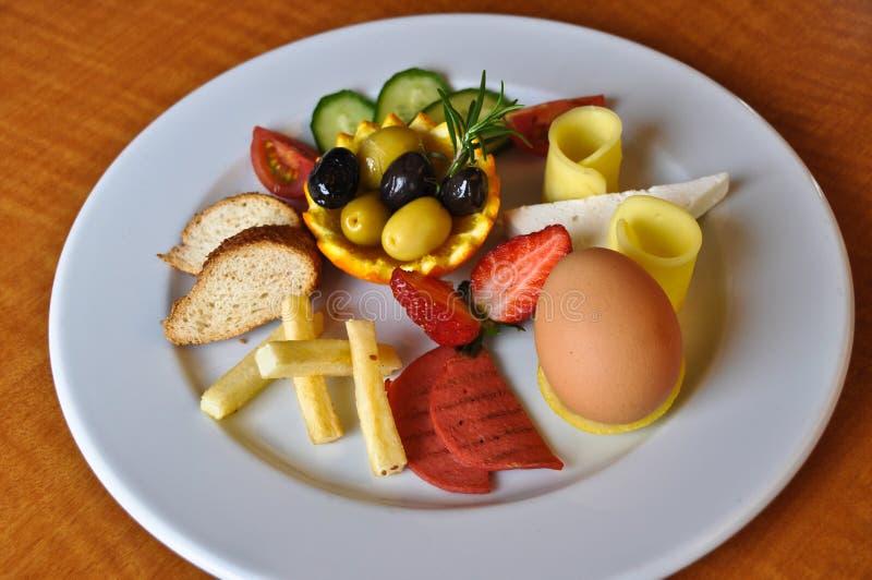 Vari alimenti per la prima colazione in piatto bianco fotografia stock libera da diritti