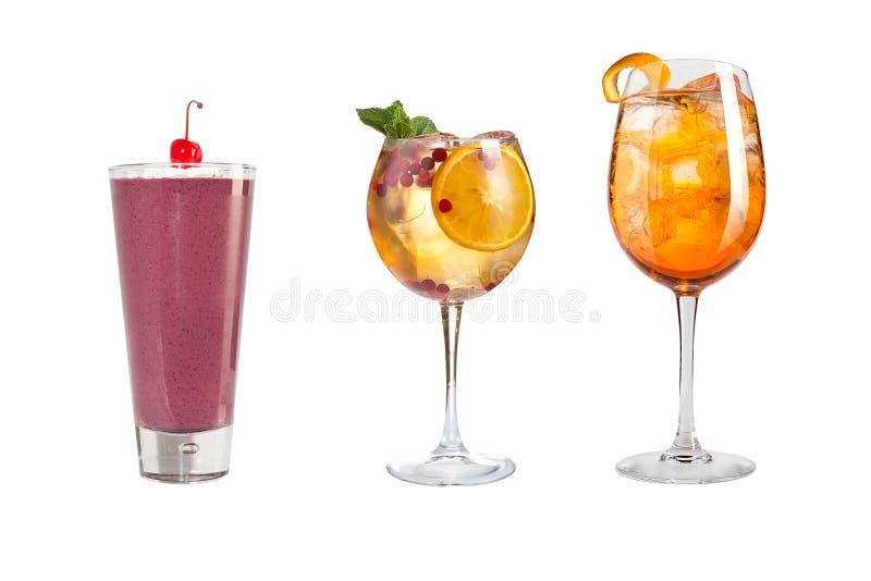Vari bevande alcoliche, bevande e cocktail su un fondo bianco Tre bevande differenti con frutta e le bacche fotografia stock libera da diritti