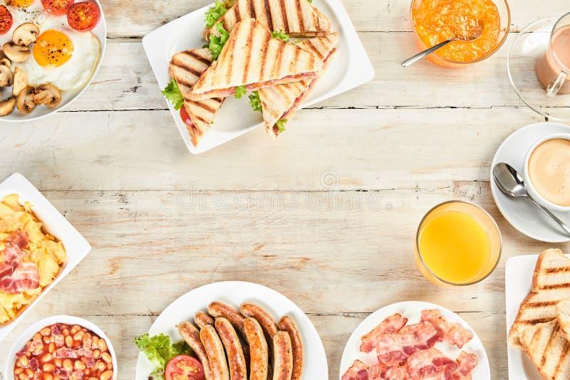 Vari ciotole e piatti di prima colazione inglese fotografie stock libere da diritti