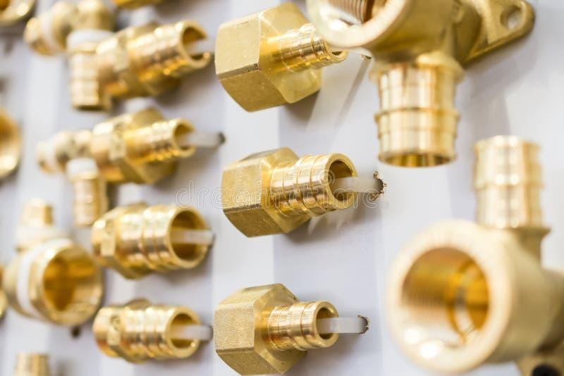 Vari connettori del tubo dell'impianto idraulico, angoli, montaggi, capezzoli fotografia stock