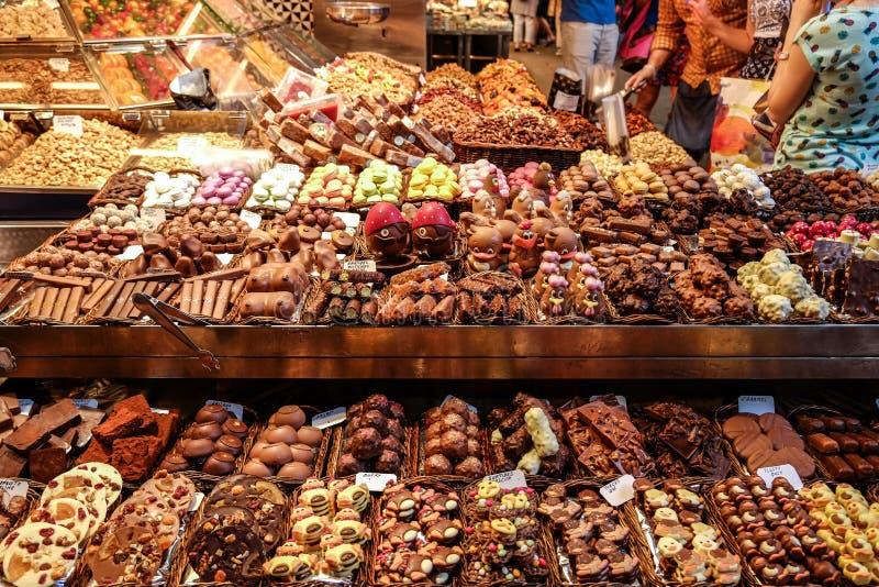 Vari dessert del cioccolato da vendere ad un negozio nel mercato di Boqueria della La fotografie stock libere da diritti