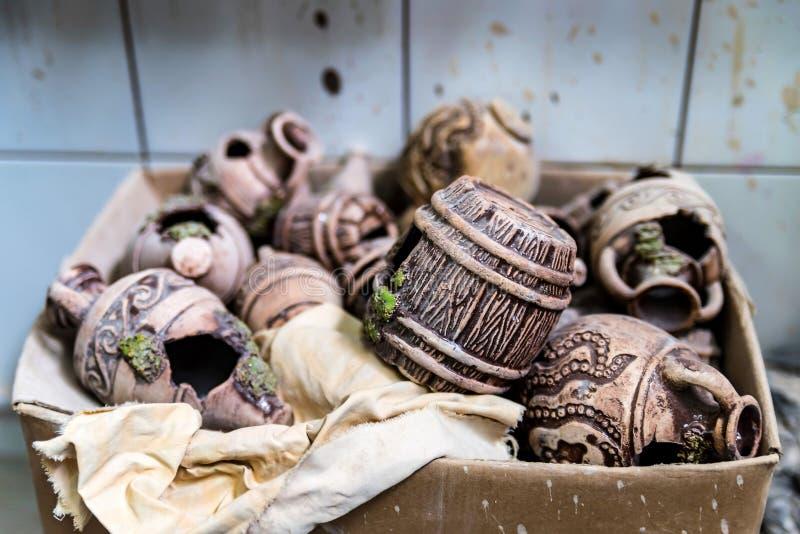 Vari elementi dell'argilla in scatola Gruppo di lavoro delle terraglie immagine stock