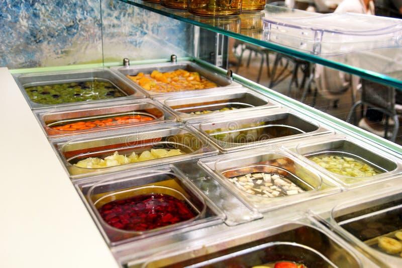 Vari elementi sani della barra di insalata della verdura e della frutta fresca Succhi di frutta fresca al mercato fotografia stock