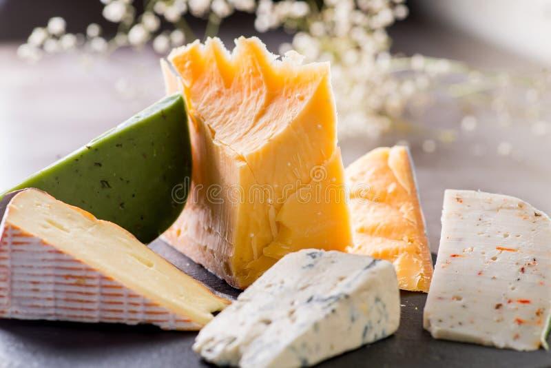 vari formaggi su un piatto immagine stock libera da diritti