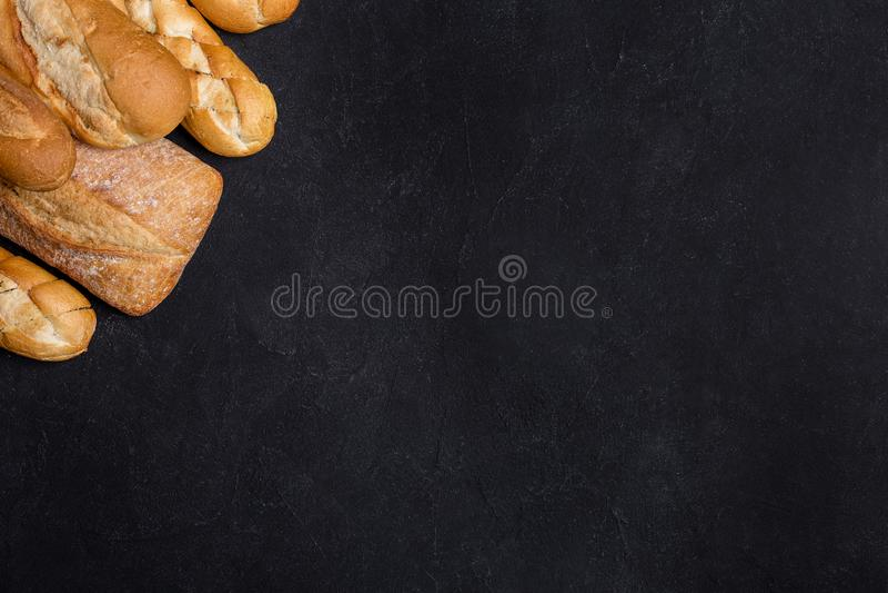 Vari generi di pane sulla tavola nera immagini stock
