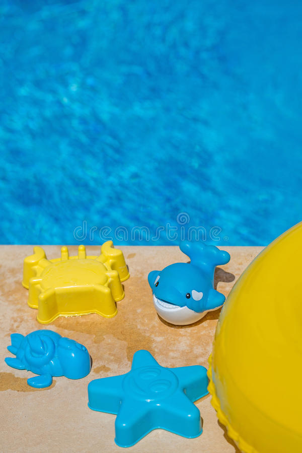 Vari giocattoli dell'acqua dal lato di una piscina fotografia stock libera da diritti