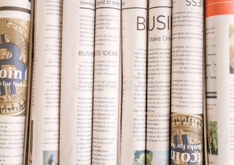 Vari giornali rotolati, primo piano immagine stock