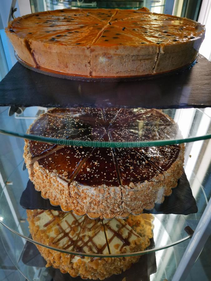 Vari grandi dolci deliziosi affettati sul vetro immagini stock