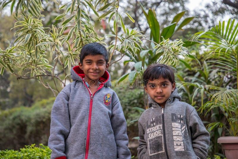 Vari by, Maharashtra, Indien - Januari 9, 2018: älskvärda sorter och deras stugor Dagligt liv i indiska byar nära den Godavari ri royaltyfria foton
