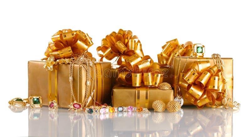Vari monili e regali dell'oro immagini stock