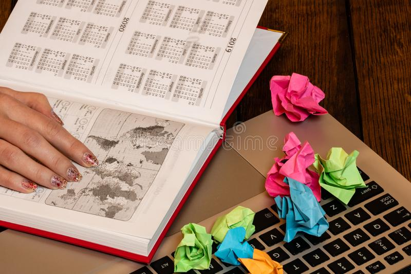 Vari oggetti sulla scrivania di legno Tavola moderna per ufficio in legno con tastiera portatile, agenda per ufficio e carta comp immagine stock