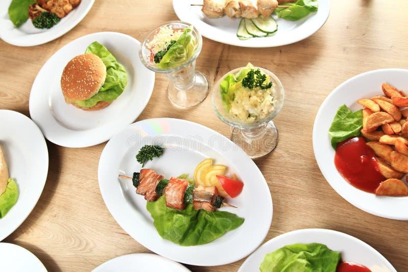 Vari piatti deliziosi sulla tavola immagine stock