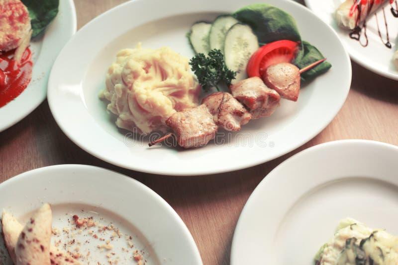 Vari piatti deliziosi sulla tavola nel ristorante fotografia stock