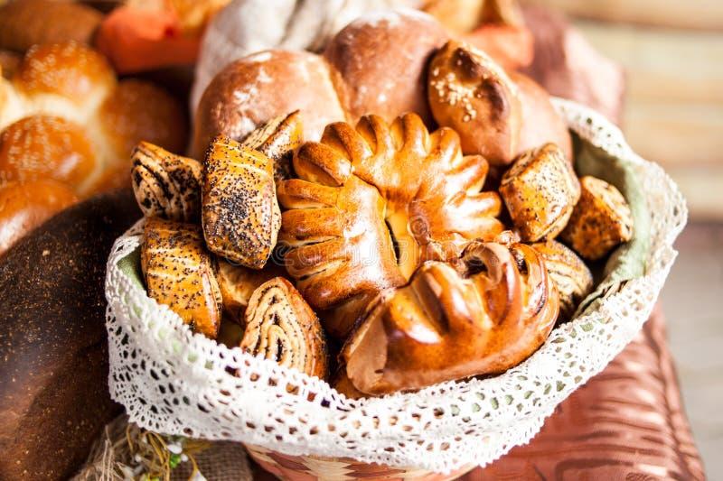 Vari prodotti della panificazione in azione Panini, pane, bagel fotografia stock