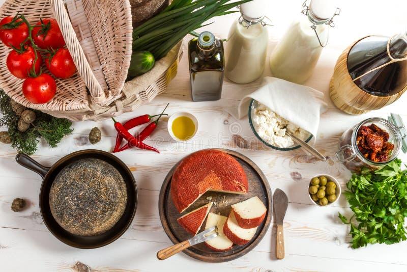 Vari prodotti freschi e un canestro in pieno delle verdure immagini stock libere da diritti