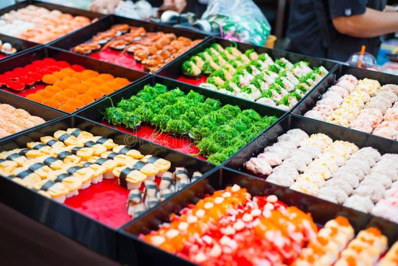 Vari rotoli di sushi da vendere nel mercato immagine stock libera da diritti