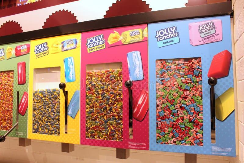 Vari sapori di caramelle Jolly Rancher piazzate in distributori al muro all'interno della M&M shop, New York City, 2018, fotografia stock libera da diritti