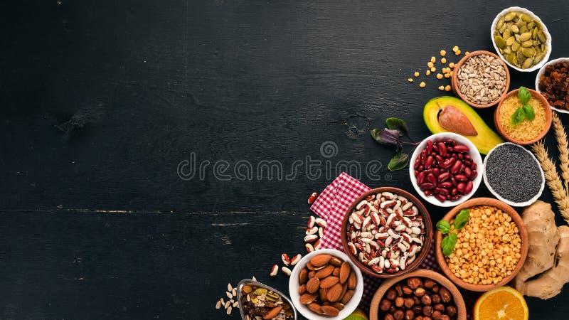 Vari superfoods E Su un fondo di legno nero immagini stock