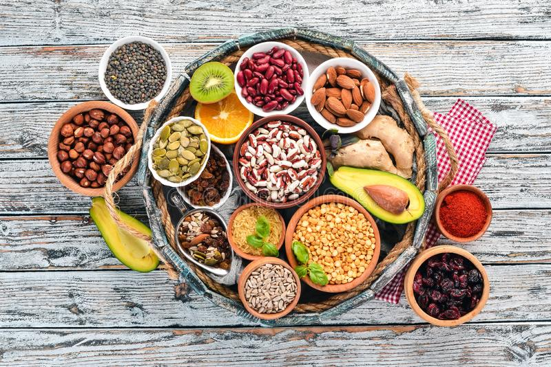 Vari superfoods in una scatola di legno immagini stock libere da diritti