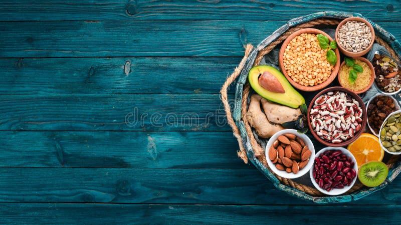 Vari superfoods in una scatola di legno fotografia stock
