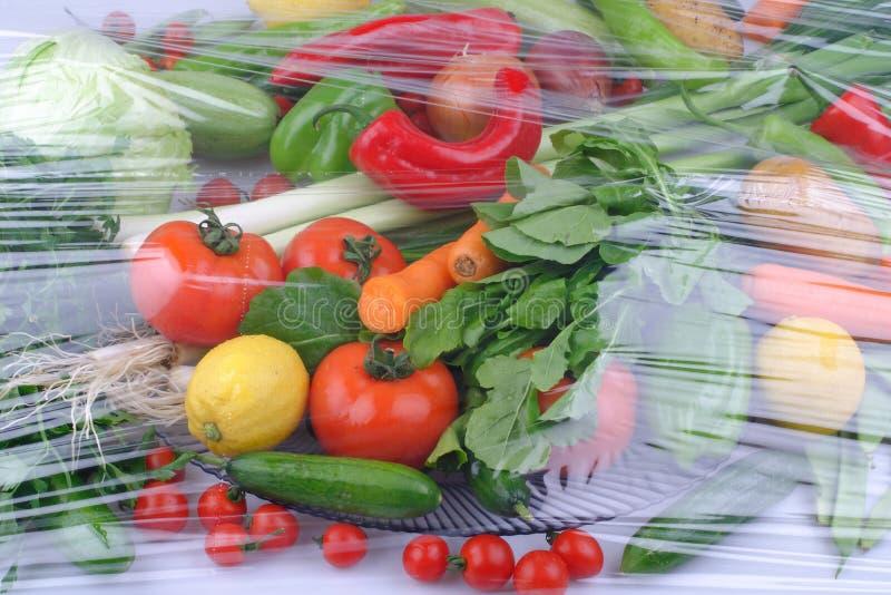 Vari?t? de fruits et l?gumes organiques crus frais dans des r?cipients brun clair se reposant sur le fond en bois bleu lumineux photo libre de droits