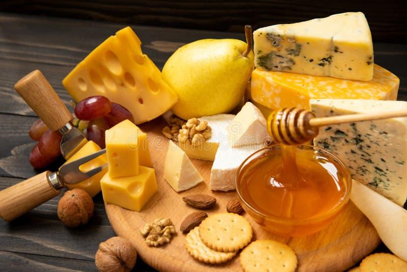 Vari tipi di formaggi su una tavola di legno rustica fotografie stock libere da diritti