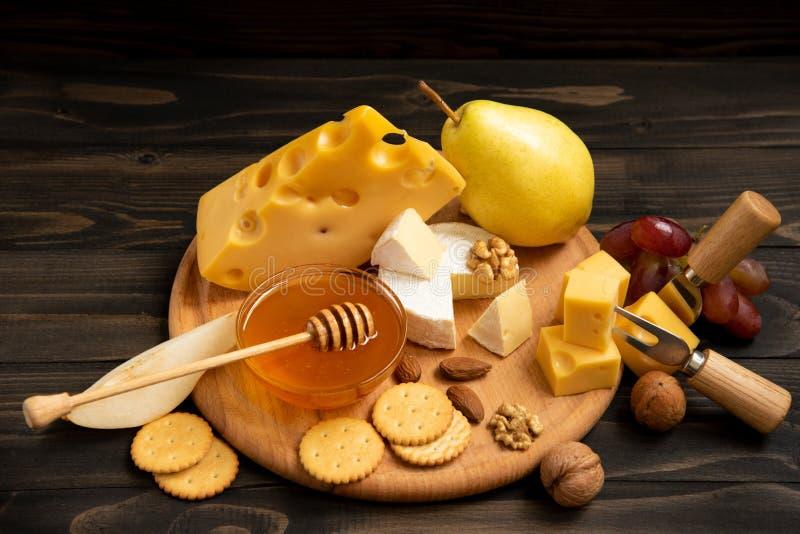 Vari tipi di formaggi su una tavola di legno rustica immagine stock