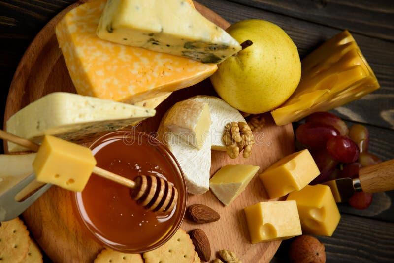 Vari tipi di formaggi su una tavola rustica immagini stock libere da diritti