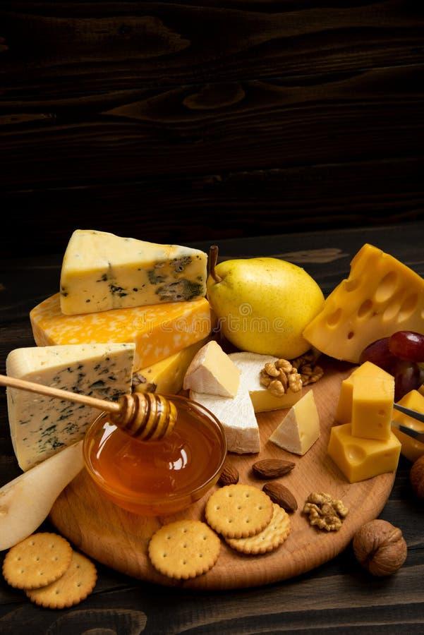 Vari tipi di formaggi su una tavola rustica immagine stock libera da diritti