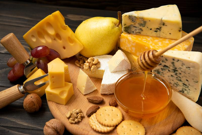 Vari tipi di formaggi su una tavola rustica fotografie stock