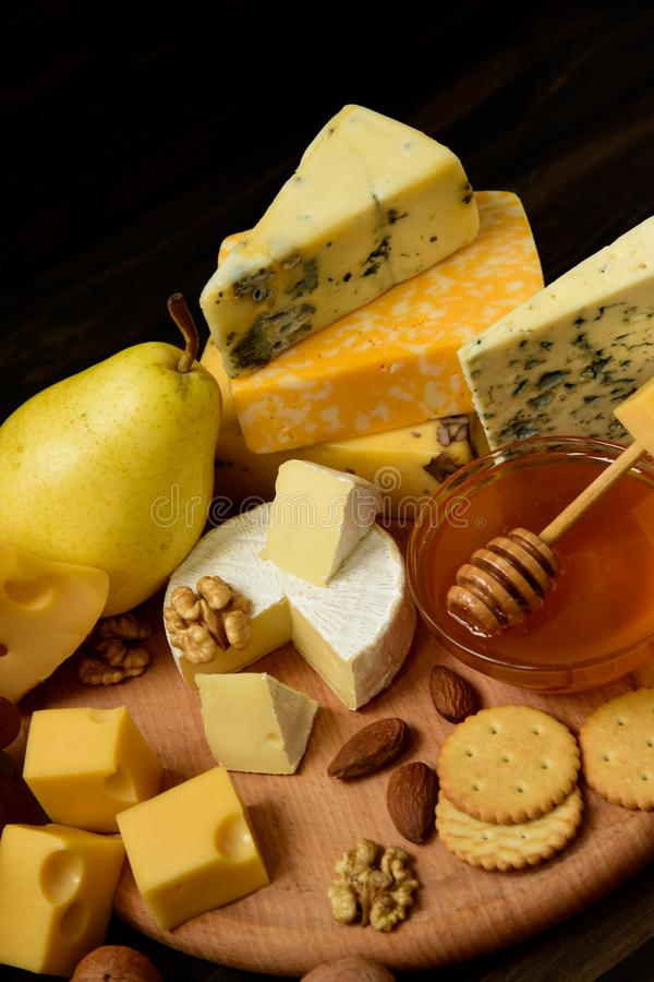 Vari tipi di formaggi su una tavola rustica immagine stock