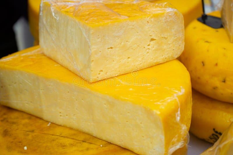 Vari tipi di formaggi sulla tavola di legno rustica immagine stock libera da diritti