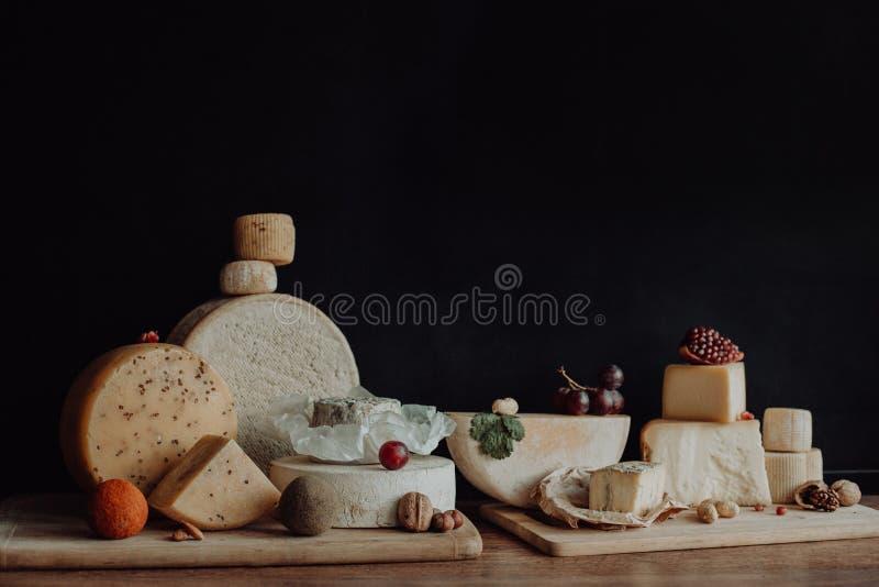 Vari tipi di formaggi sulla tavola di legno rustica fotografia stock