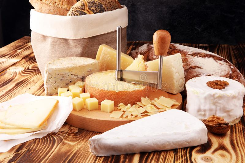 Vari tipi di formaggi sulla tavola di legno rustica Vassoio del formaggio fotografia stock libera da diritti