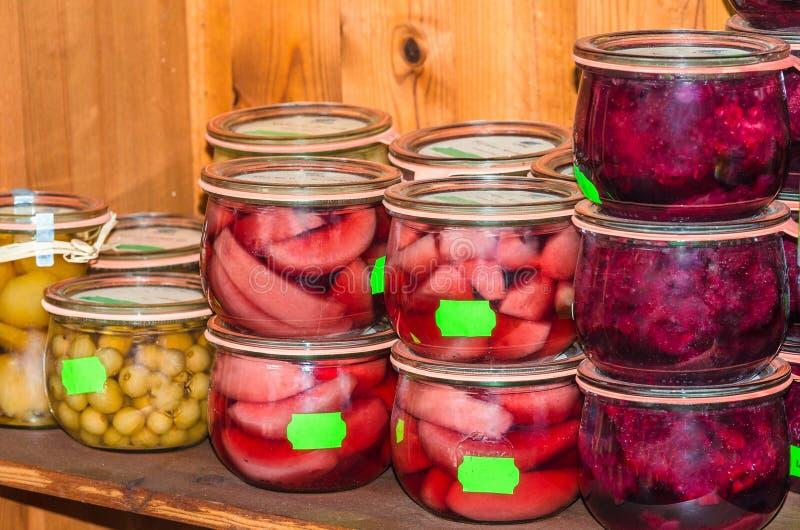 Vari tipi di frutta in barattoli d'inscatolamento fotografia stock