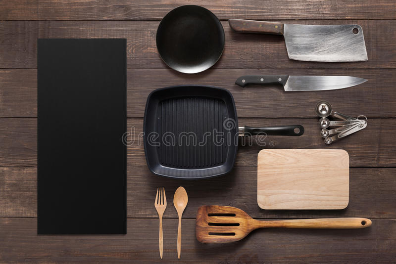 Vari utensili dell'articolo da cucina sui precedenti di legno fotografie stock