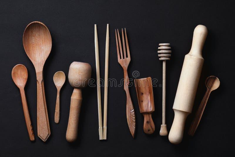 Vari utensili di legno della cucina fotografati da sopra fotografia stock