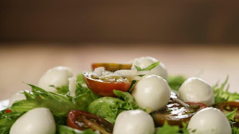Variação da salada de Caprese com tomates do kumato e folhas dos frillies fotografia de stock