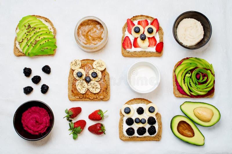 Variação de sanduíches saudáveis do café da manhã do centeio com abacate, humm fotografia de stock