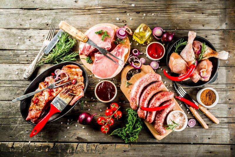 Varia carne cruda pronta per la griglia ed il bbq immagini stock