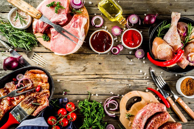 Varia carne cruda pronta per la griglia ed il bbq fotografia stock libera da diritti
