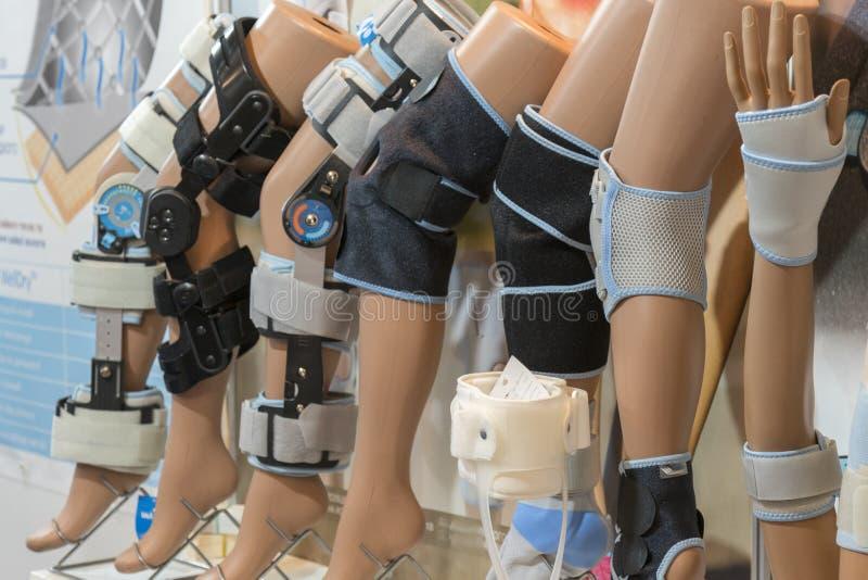 Varia fasciatura medica sul ginocchio e sulla mano Fasciatura elastica sul ginocchio e sulla mano fotografie stock libere da diritti