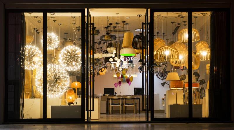 Varia illuminazione in un negozio di illuminazione, illuminazione commerciale, illuminazione fornire domestico fotografia stock libera da diritti