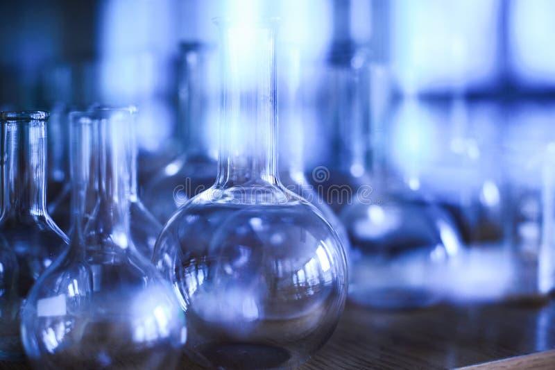Varia vetreria per laboratorio vuota in un armadietto fotografie stock libere da diritti