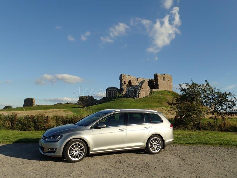 Variante de VW Golf MK7 parqueada delante del castillo de Duffus imagenes de archivo